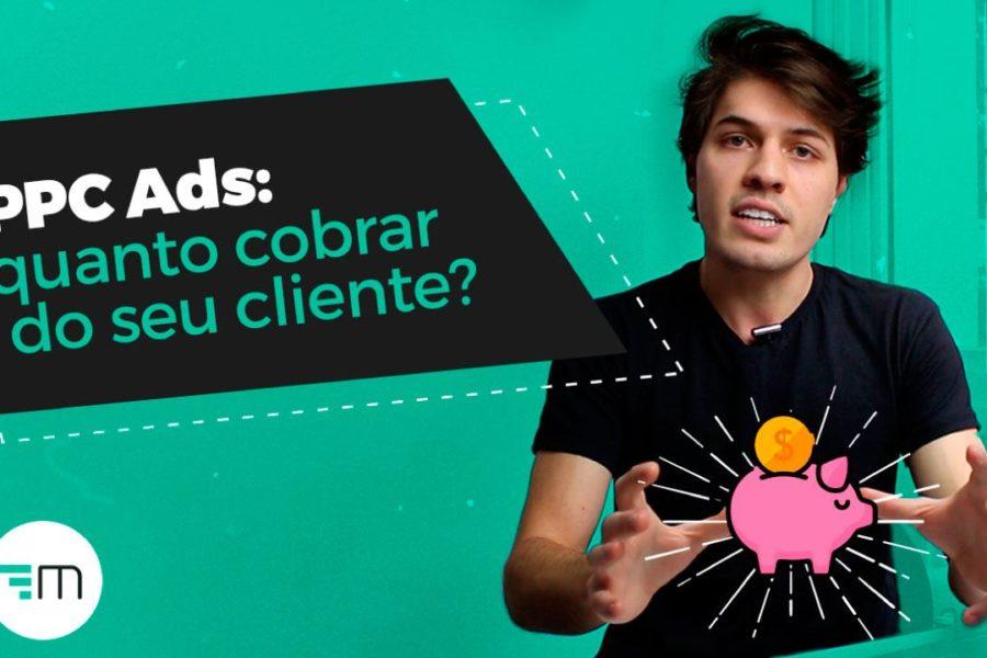 A imagem mostra o instrutor do curso de Google Ads com um cofrinho em suas mãos.