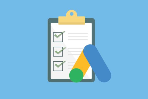 A imagem mostra um checklist e, a frente, o logo do Google Ads