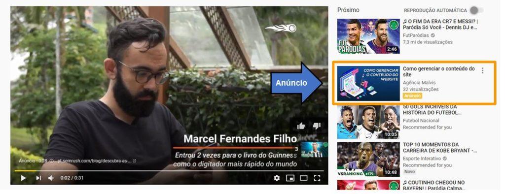 A imagem ilustra um exemplo de anúncio do tipo TrueView Video Discovery. A imagem mostra os vídeos relacionados no Youtube, enfatizando um vídeo patrocinado (anúncio).