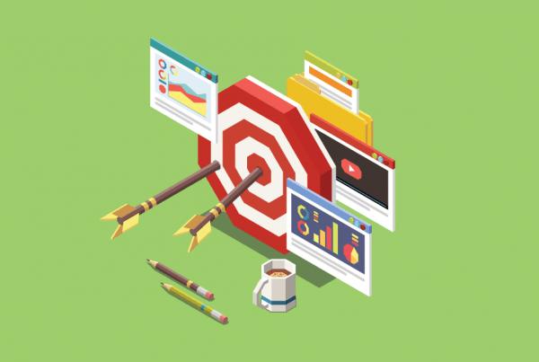 A imagem mostra flechas em um alvo, simbolizando público-alvo (segmentação). Ao redor do alvo, há ícones simbolizando anúncios, análise de dados e youtube.