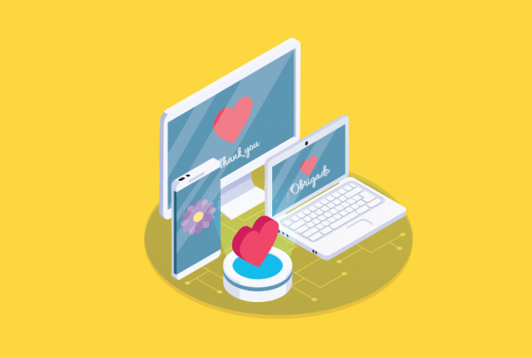 A imagem mostra um notebook, um computador e um tablet com corações na tela, simbolizando uma página de obrigado, com um feedback amigável para o usuário