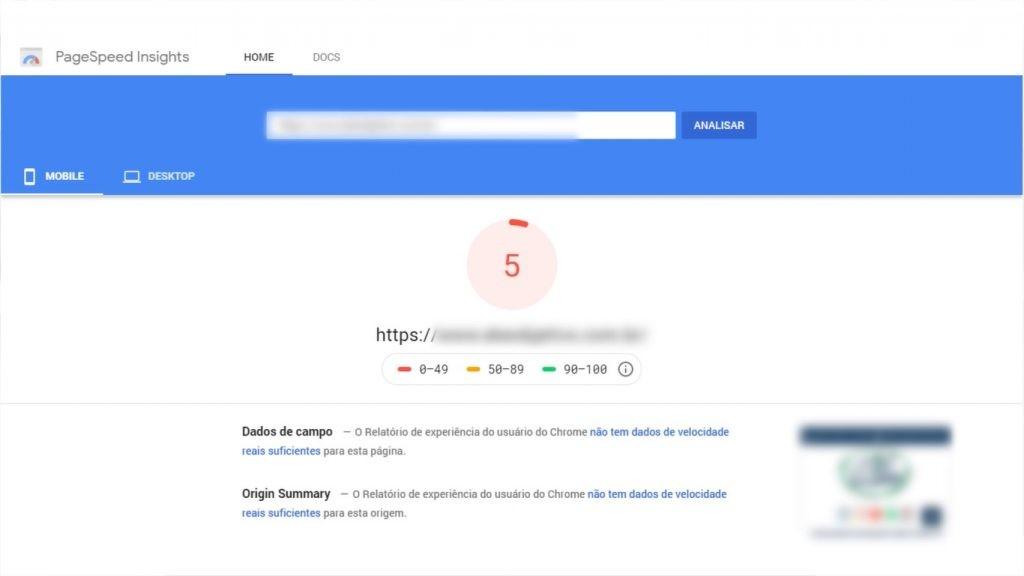 A imagem mostra um site com uma nota ruim na ferramenta PageSpeed.